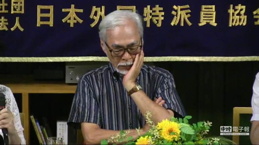 對於日本人為何重視憲法之提問,宮崎駿說:「歷經15年戰爭帶給日本人悽慘黯淡的經驗,和平憲法就像是一道光芒。」(取自網路直播畫面)
