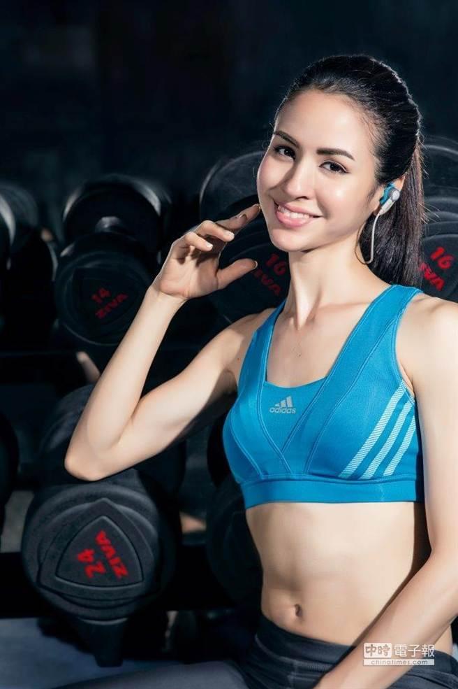 熱愛跑步的模特兒艾美懷特(Emmie Ries)表示:「Jabra Sport Coach藍牙運動耳機是運動時的好夥伴!」(圖/Jabra)