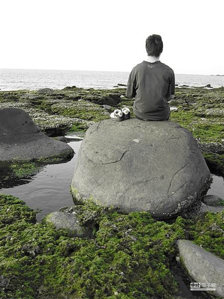 美食部落格「柔藍食單」站主林敬棚16日不幸病逝,生前以背影拍照是他的風格。(取自政大東亞所學會網站)