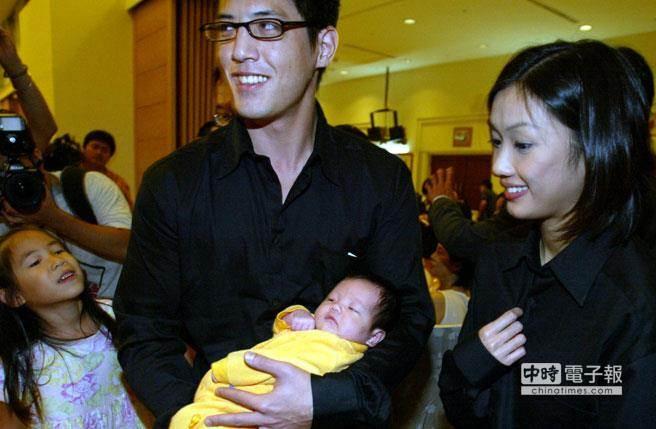 蔣家第五代小玫瑰滿月宴,蔣友柏和林姮怡受到與會來賓的鼓掌致賀。(圖/本報系資料照片 王遠茂攝)