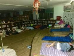 伴書海而睡 台南安定學童夜宿圖書館