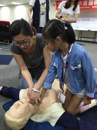當醫師去救人 小小童醫師立志向