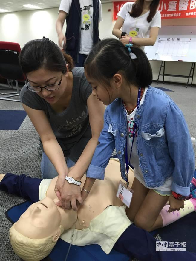 梧棲童綜合醫院今天舉辦「小小童醫師體驗營」活動,開放給國小三年級到六年級的小朋友參加!學習緊急關鍵如何救人!(陳世宗攝)