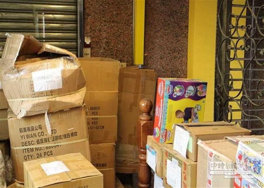 桃園金石堂書局逃生動線堆滿雜物。(消保處提供)
