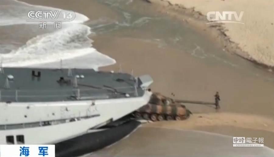 解放軍南海軍演首度出動「野牛」登陸艇。(圖/人民網)