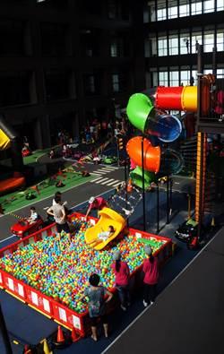 親子飯店溜滑梯 客房溜進遊戲區