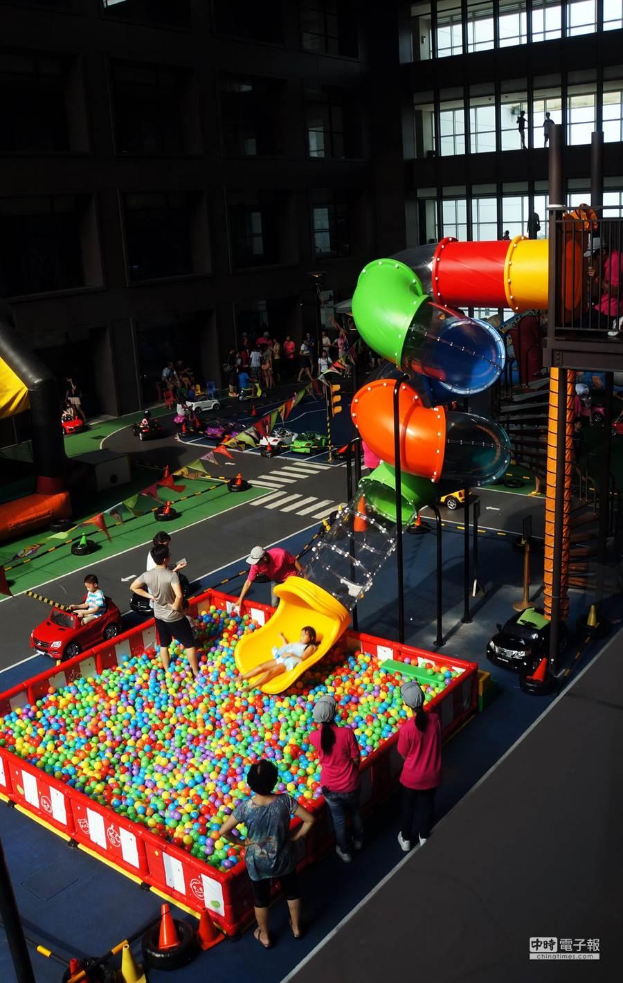 蘭城晶英酒店新設的〈芬朵奇彩虹溜滑梯〉,足足有一層樓高,小朋友可從上滑下直接溜進球池中。(圖/姚舜攝)