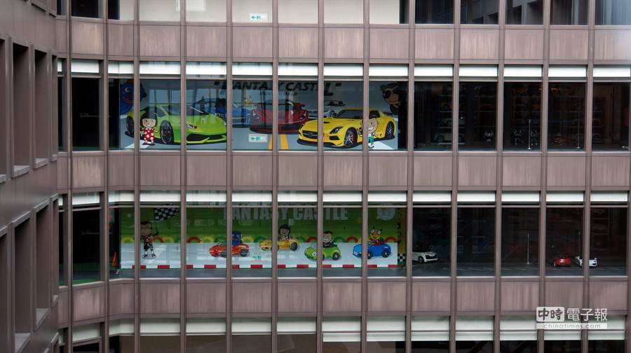 由於8樓〈芬朵奇堡主題樓層〉供不應求,蘭城晶英酒店再將9樓也改建為主題樓層,小朋友在這兩個樓層中可以駕駛小汽車在樓層走道中「橫衝直撞」。(圖/姚舜攝)