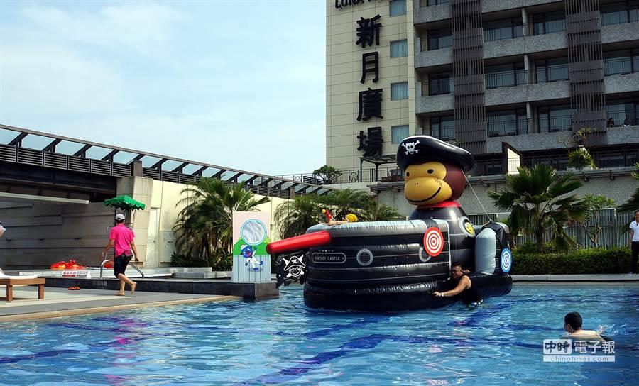 在戶外親子戲水區,蘭城晶英酒店以充氣遊具打造了一艘以奇奇為造型的大型海盜船,小朋友可以持水槍上船打水仗。(圖/姚舜攝)