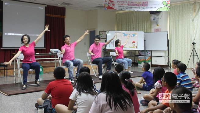 「足夢舞人團隊」的舞人們以豐富的肢體語言,帶給家扶兒童全新的藝術體驗。(洪璧珍攝)