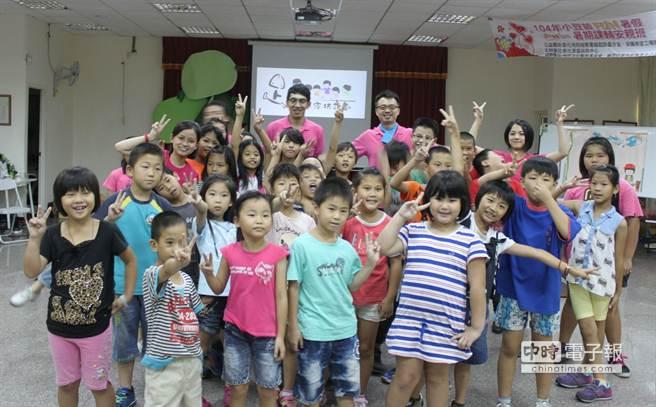 家扶兒童也跟著舞人們手舞足蹈,體驗舞蹈的樂趣。(洪璧珍攝)