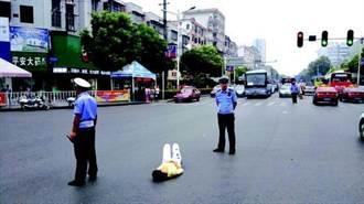 父親不買手機給她 20歲女躺路中央抗議