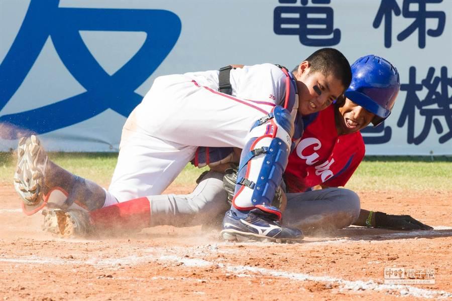 古巴選手拉米內茲四局上在本壘前被觸殺出局。(黃仲裕攝)