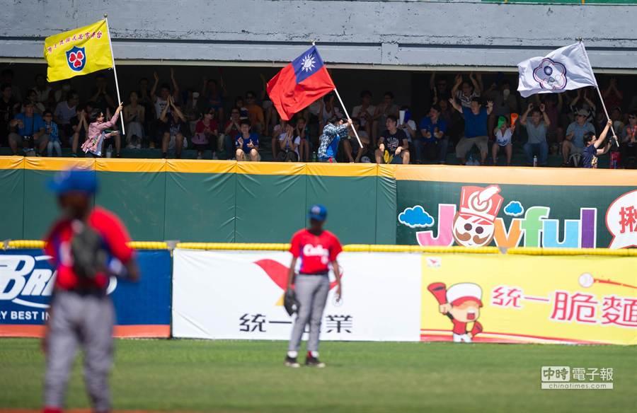 外野有球迷開心揮舞國旗慶祝。(黃仲裕攝)