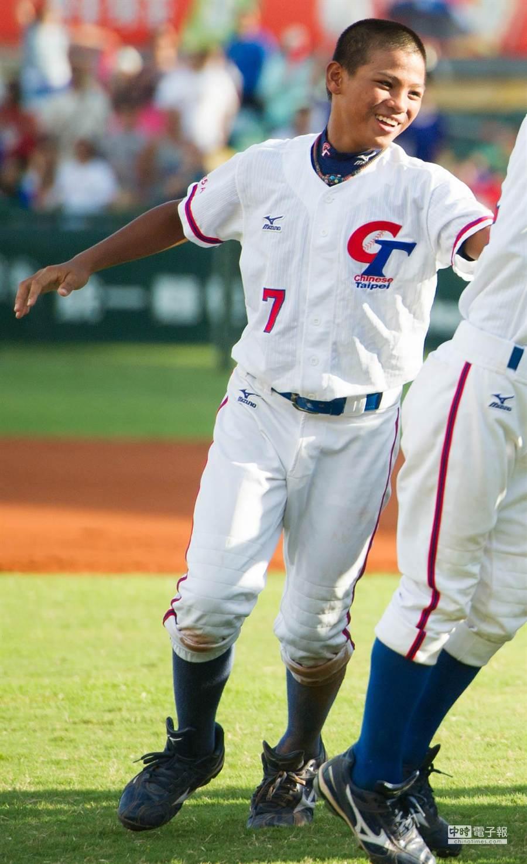 三壘手李灝宇昨天對巴西單場5打數5安打,回到飯店後開始拉肚子、嘔吐送醫後,仍返回球場比賽。(黃仲裕攝)
