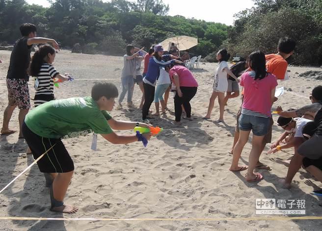 逆轉聯盟青少年環台壯舉完成後,也在墾丁舉辦夏令營,除了頒發獎章給這群小勇士,也讓他們度過個快樂的暑假。(潘建志攝)