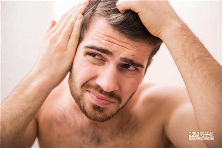 父母遺傳白頭髮給孩子是少年白很常見的原因之一。基因遺傳的白髮無法避免,而且一定會造成永久的髮色改變。圖片提供:健康365