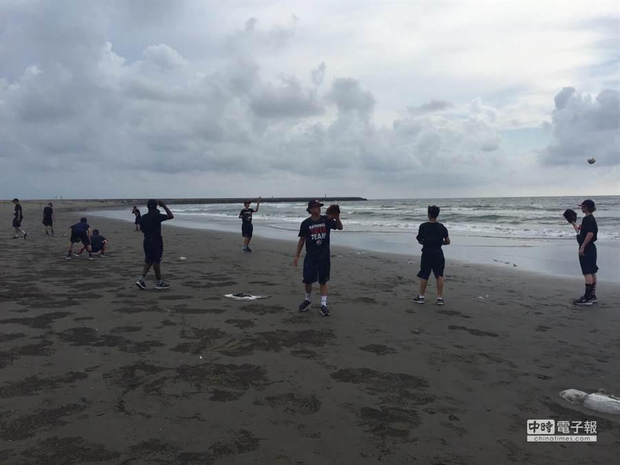 U12少棒賽美國隊小球員台南黃金海岸玩球。(棒協提供)