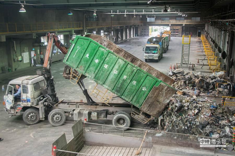 垃圾車逐輛落地檢查,後方車輛只好排隊慢慢等。(林宏聰攝)