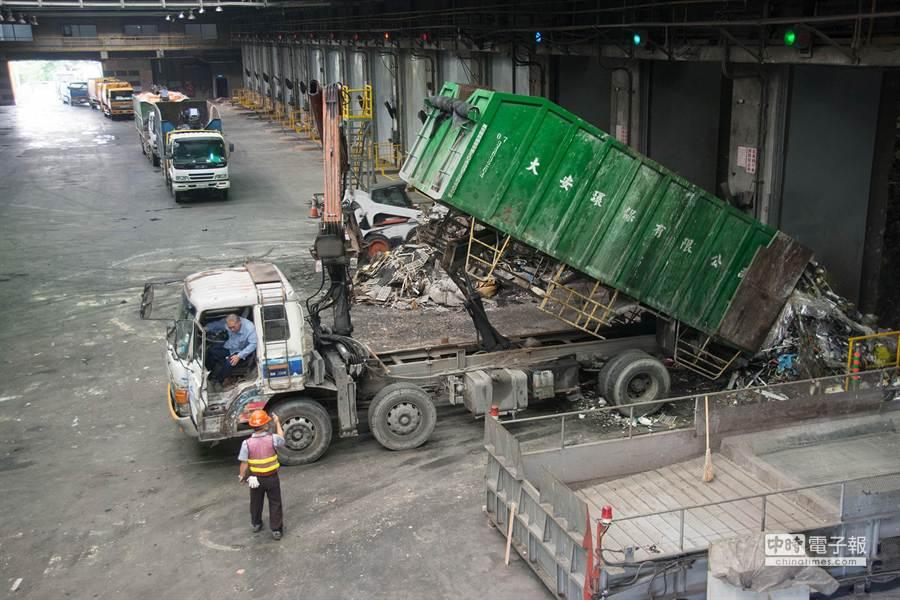 每輛垃圾車落地檢查約需20分鐘。(林宏聰攝)