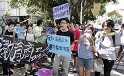 抗議學費調漲 學生赴教育部撒冥紙、掛輓聯
