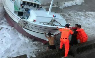 海巡下水推 花9小時助擱淺漁船脫困