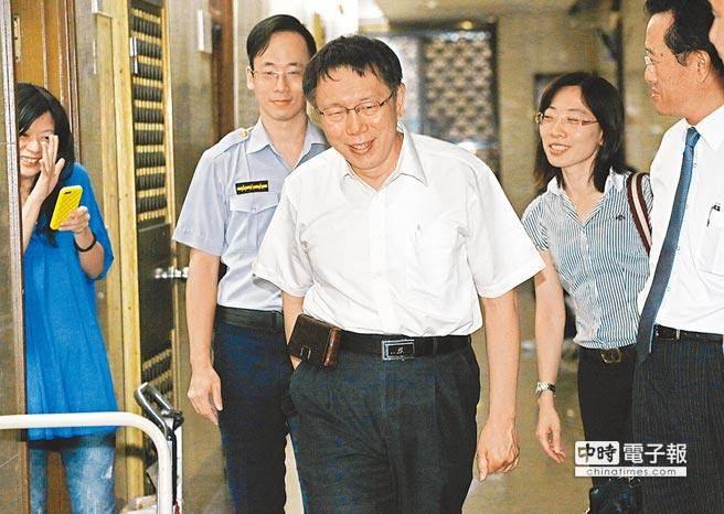 台北市長柯文哲(中)因MG149案,28日首度以被告身分接受台北地檢署傳喚。(張鎧乙攝)