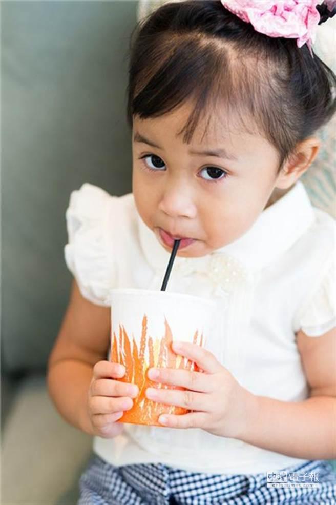 台灣人愛喝飲料,尤其是手搖飲,炎炎夏日更是人手一杯,不論是各式茶類、果汁飲料,又或是運動飲料、功能飲料等都屬甜飲科。只要含糖,無論是蔗糖還是葡萄糖,甜飲喝多了會對康帶來潛在的壞處。圖片提供:健康365