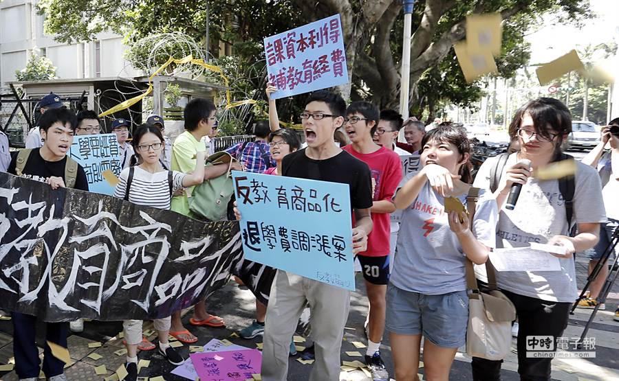 反教育商品化聯盟在教育部前撒冥紙抗議漲學費。(姚志平攝)