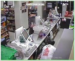 店員收銀機驚見一疊冥紙 看監視器嚇呆