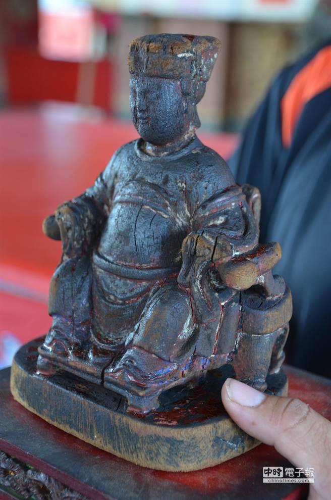 被廟方找到的媽祖神像,身上有多處裂縫,需進一步修復。(呂妍庭攝)
