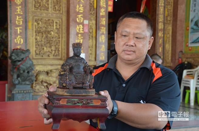 被廟方找到的媽祖神像,現已供奉在水上鄉聖福宮神案上。(呂妍庭攝)