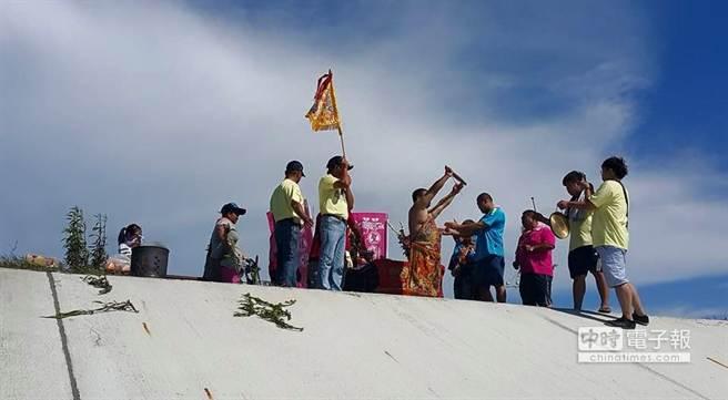 25日當天下午,20多名信眾前往東石鄉堤防尋找落難媽祖。(翻攝)