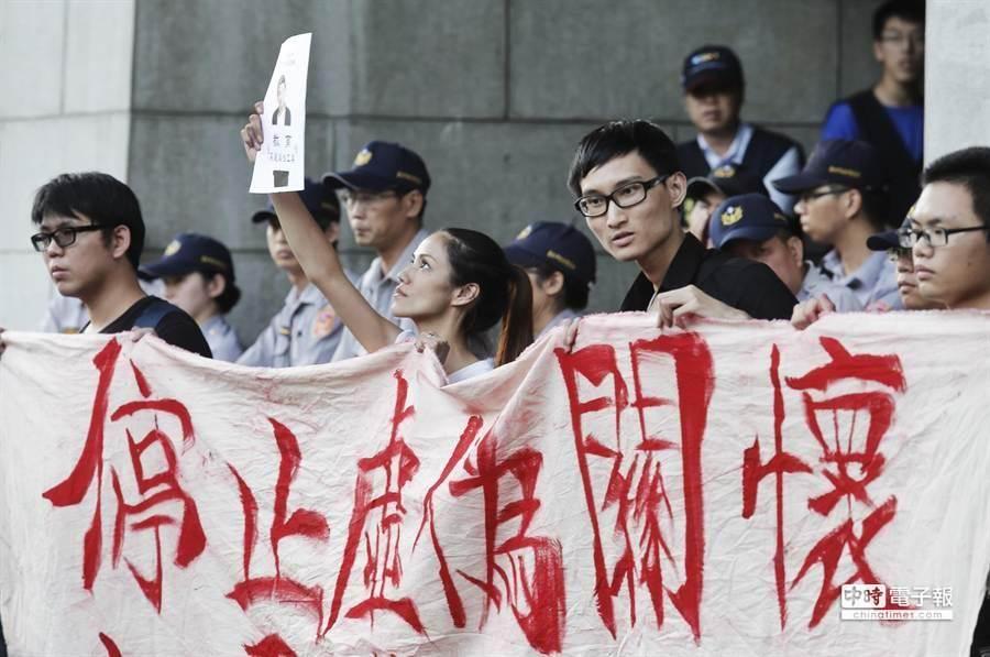 反課綱微調學生在教育部廣場拉起布條。(姚志平攝)
