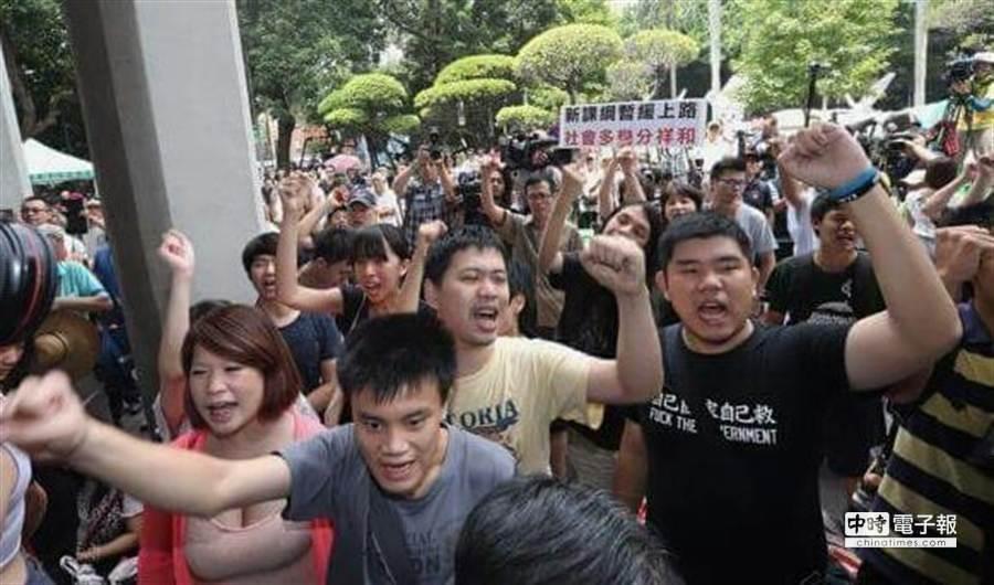 反課綱學生要求吳思華出面,教育部派出次長林思伶接見,但學生不願意接受,在現場高聲抗議。(趙雙傑攝)