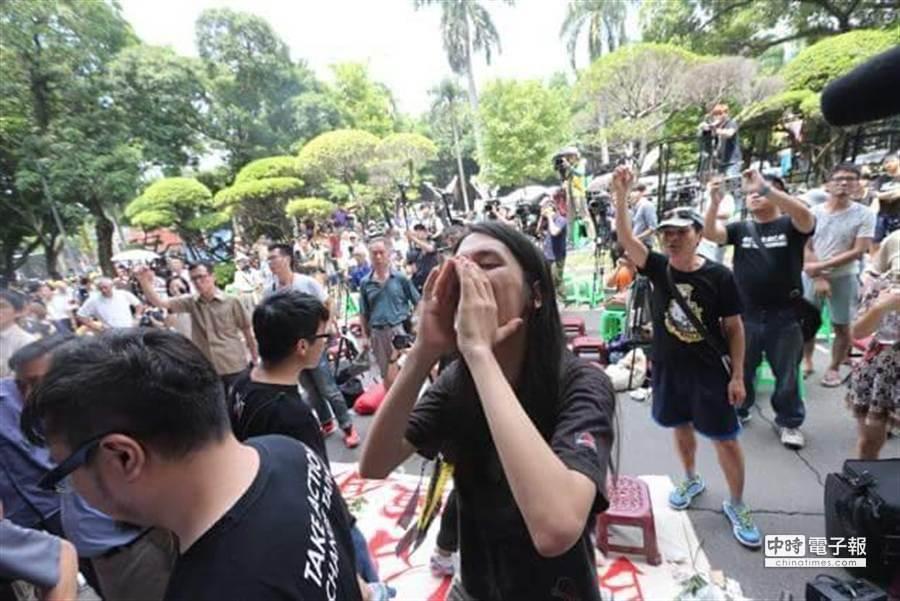 反課綱學生要求教育部長出面未果,高聲抗議。(趙雙傑攝)