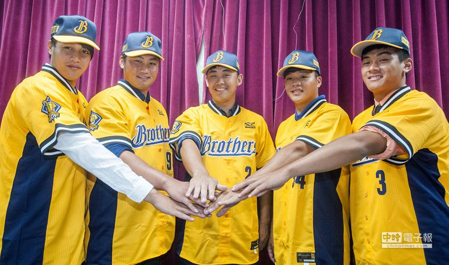 中信兄弟31日正式介紹新簽約的5位選秀選手,左起為林明杰、蘇偉達、潘萣翔、張凱倫與潘韋辰。(鄭任南攝)