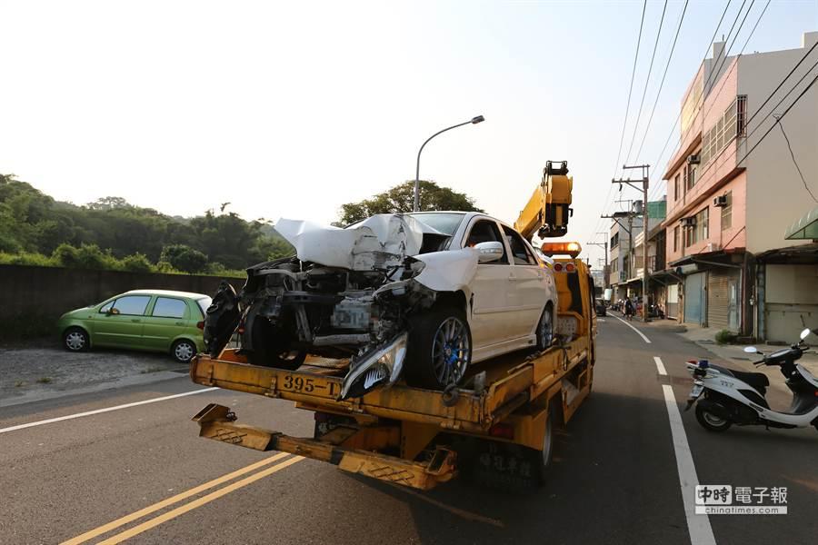 轎車車頭嚴重凹陷,3名男大生一度受困車內。(徐養齡攝)