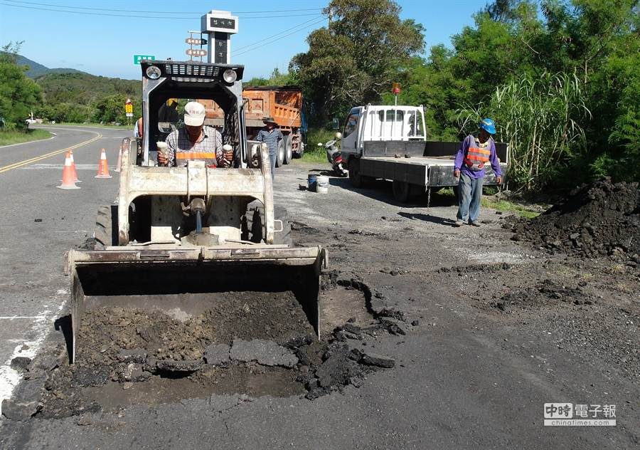 屏200線臨時路肩路面凹凸不平、坑坑洞洞,工務處接獲投訴後馬上派員前往改善。(潘建志攝)