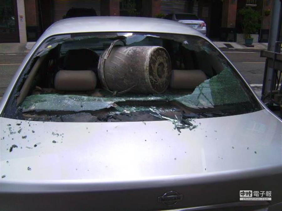 搬水泥樁柱砸損後車窗。(吳敏菁翻攝)