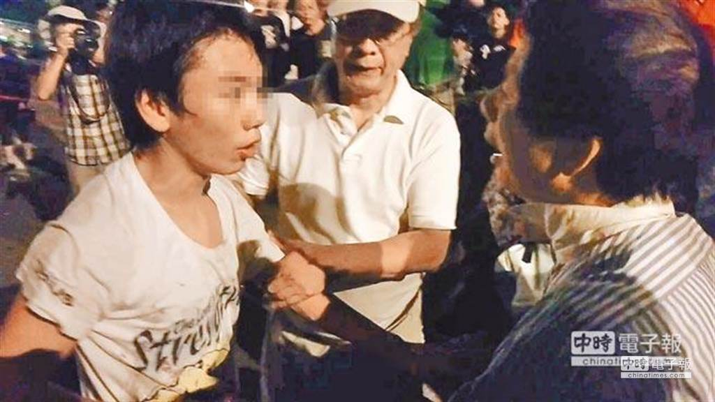 周天觀(左)日前不滿父親(右)要帶他離開反課綱抗爭現場,怒嗆並猛推父母。(陳鴻偉攝)