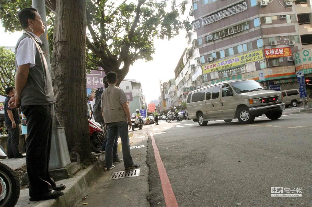 馬英九總統車隊在維安人員警戒下進入醫院。(范揚光攝)