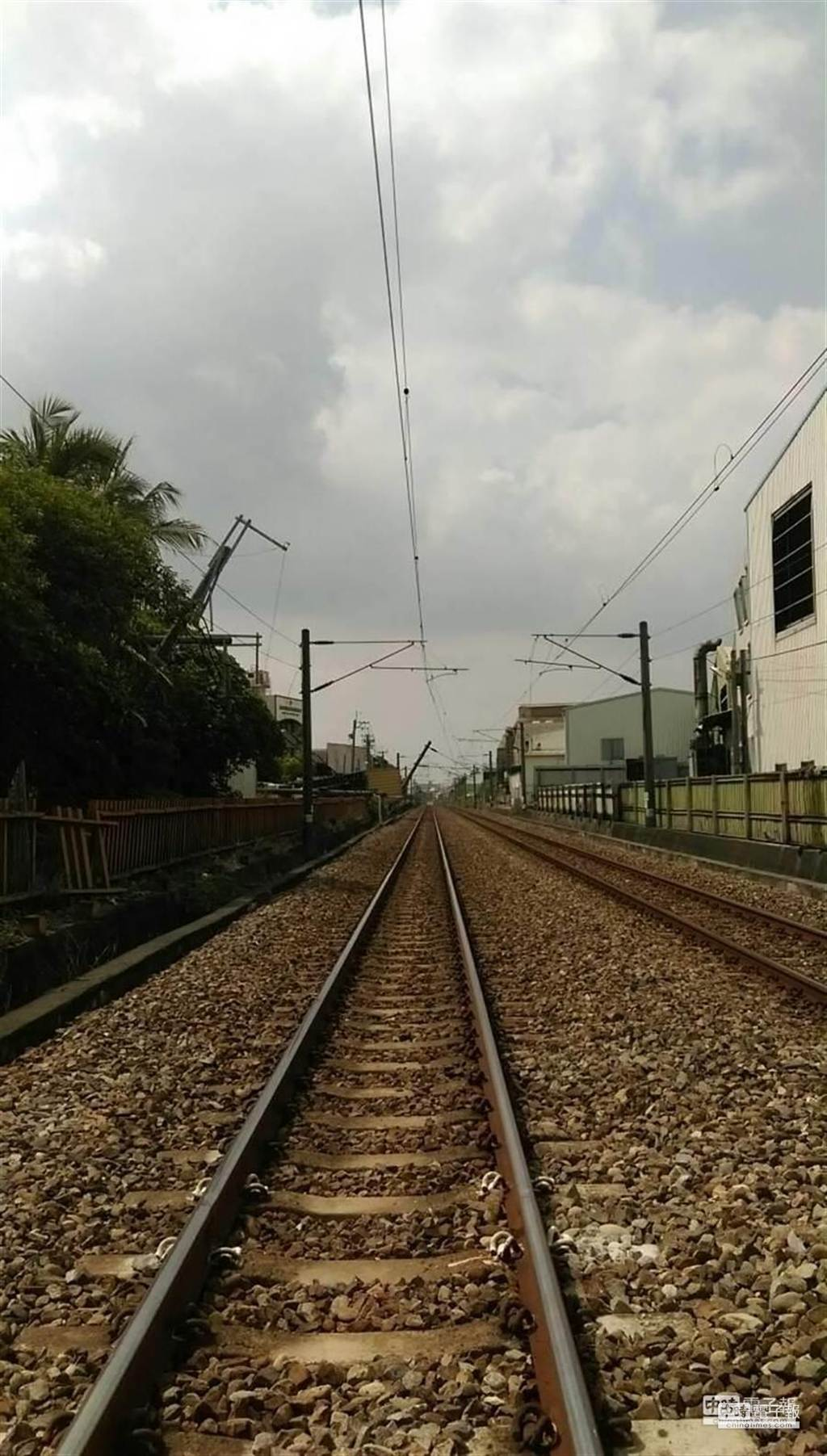 公路卡車拉斷台鐵高雄大湖電車線。(台鐵局提供)