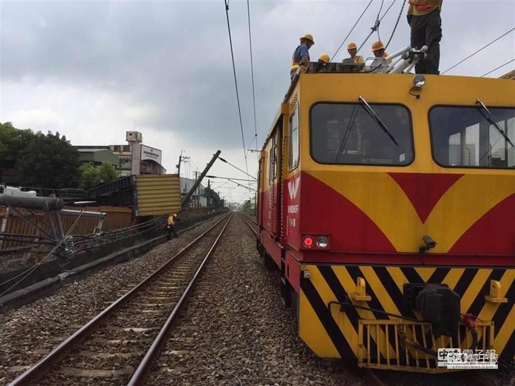 台鐵電車線斷,工程人員搶修。(台鐵局提供)