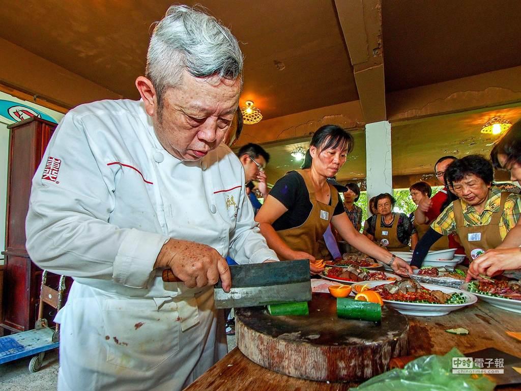村落美學活動「傳統辦桌料理之美」,是由大廚陳兆麟指導學員料理,讓學員了解料理的做法與故事。(李忠一攝)