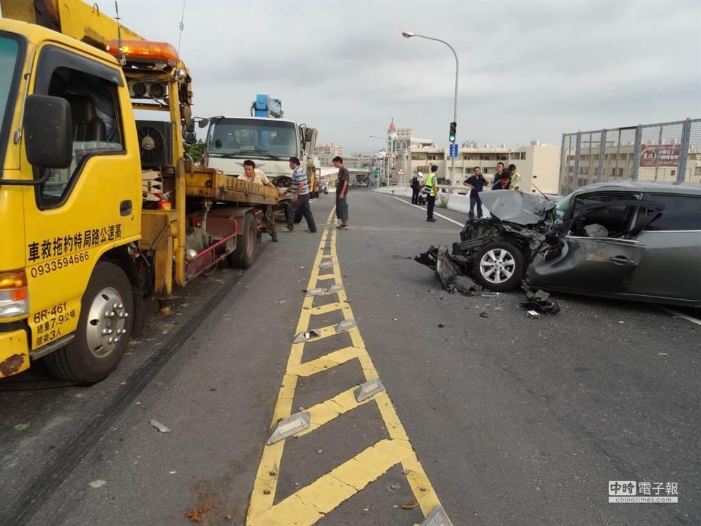 這幾車禍造成轎車左側車頭幾乎全毀,高架橋也一度封橋,幸好駕駛無生命危險。(曹婷婷攝)