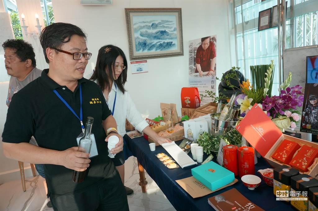 台中幸福三寶文創產業協會常務監事魏德興說,希望透過海洋嘉年華,讓咖啡、茶葉、以及太陽餅這3個台中三寶,融入生活品味。(顏瑞田攝)
