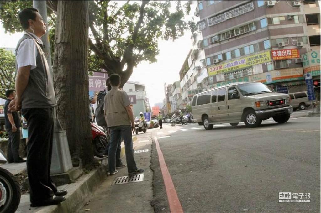 馬英九總統1日前往台中市中國附醫接受年度健康檢查,車隊在維安人員警戒下進入醫院地下室停車場。(范揚光攝)