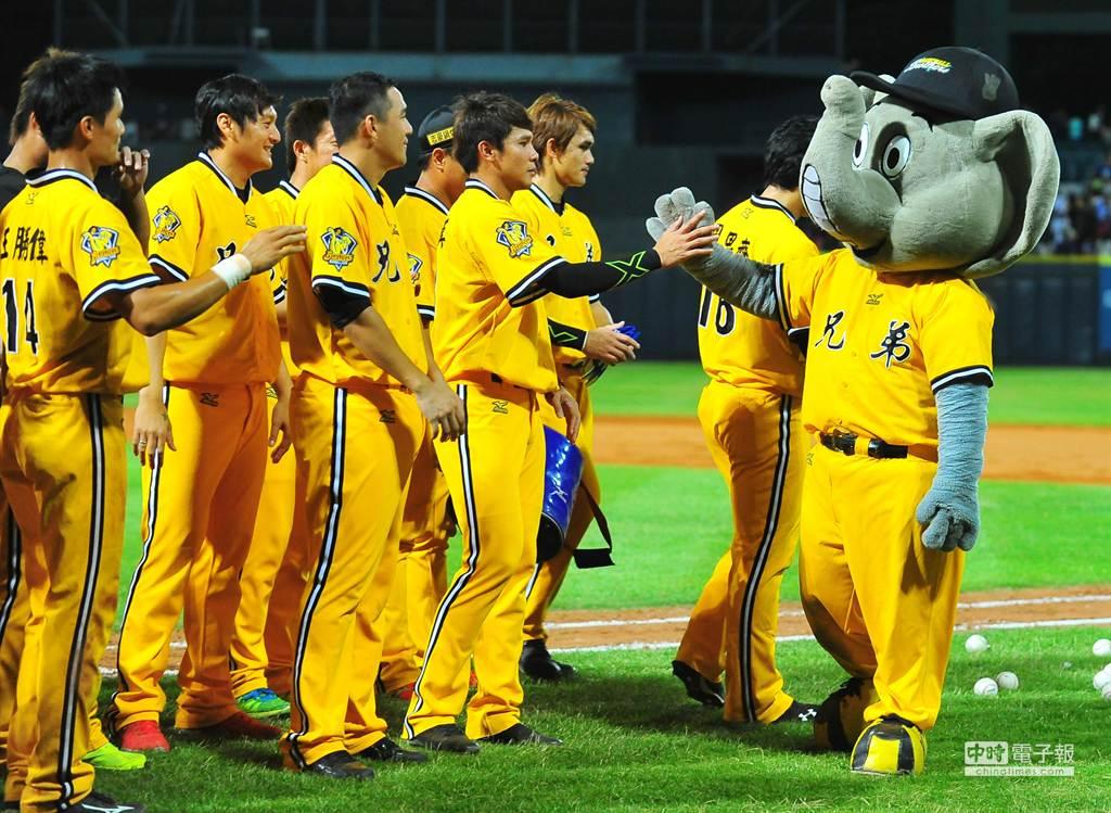 中華職棒中信兄弟隊吉祥物傑米(右)1日在新莊球場舉行引退儀式,中信兄弟全隊球員們一起與吉祥物傑米合影,並一一擊掌歡送傑米。(劉宗龍攝)