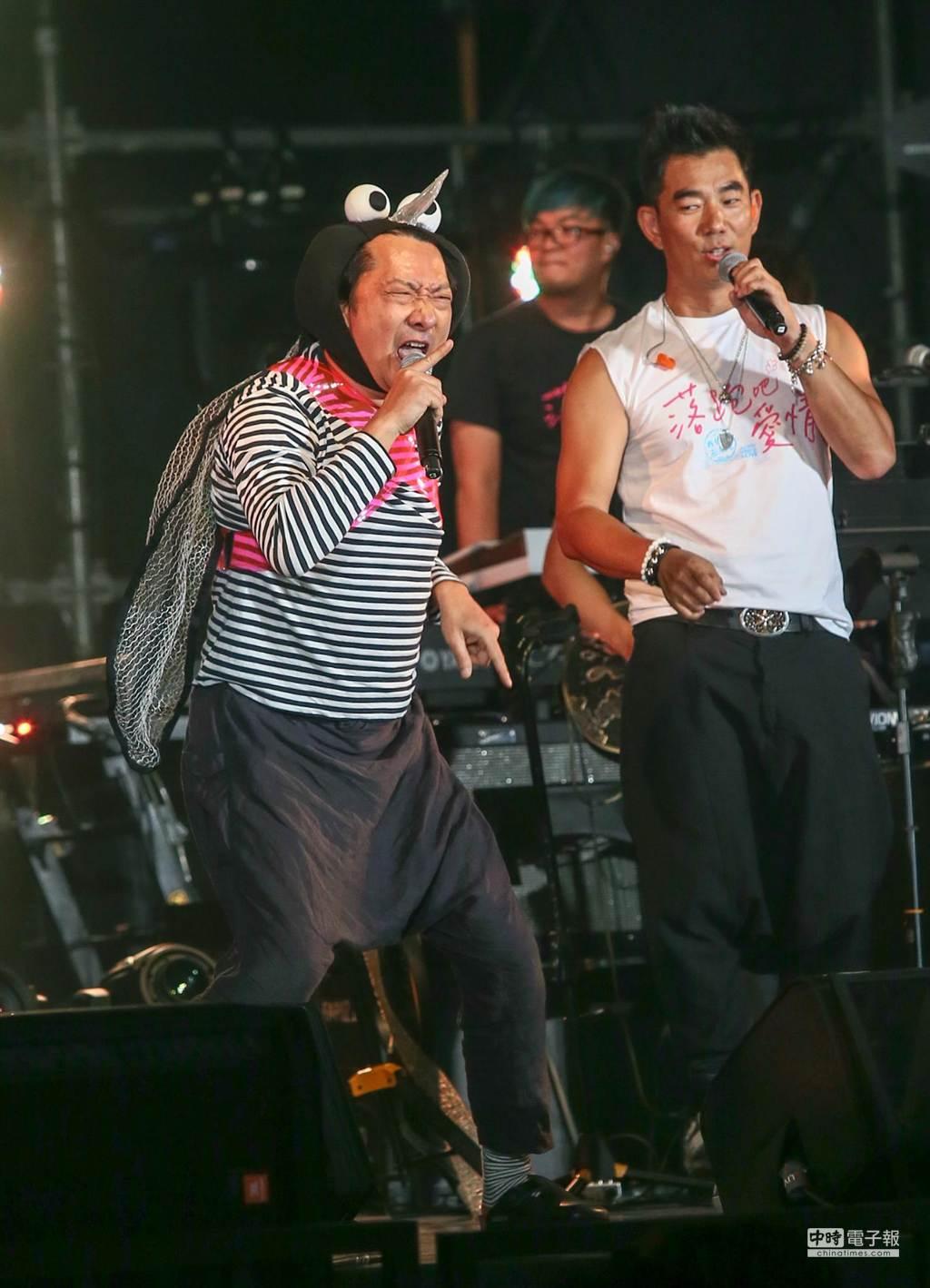 任賢齊「犀利啥小趴」為執導電影《落跑吧 愛情》暖聲開唱,九孔(左)上台和任賢齊合唱跳蚊子舞。(盧禕祺攝)